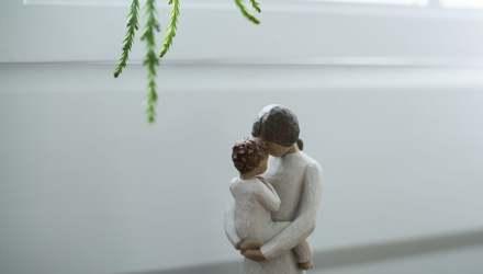 anya baba ölelés szobor