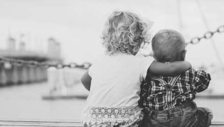 egymást átkaroló gyerekek háttal
