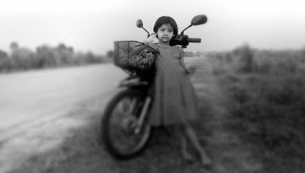 kislány motorral